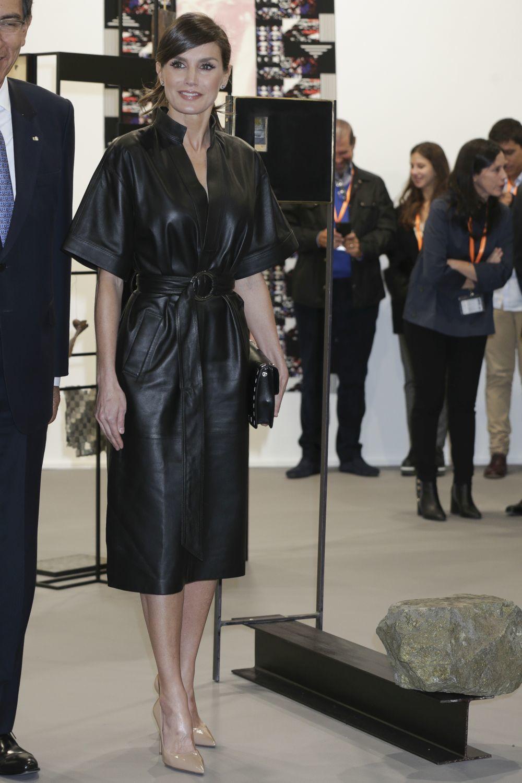 La reina Letizia con un vestido de cuero de &Other Stories.