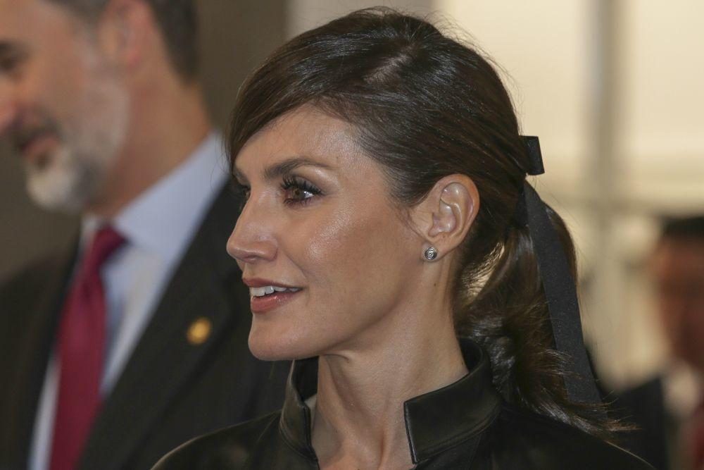 La reina Letizia se apunta a la moda de los lazos en el pelo.