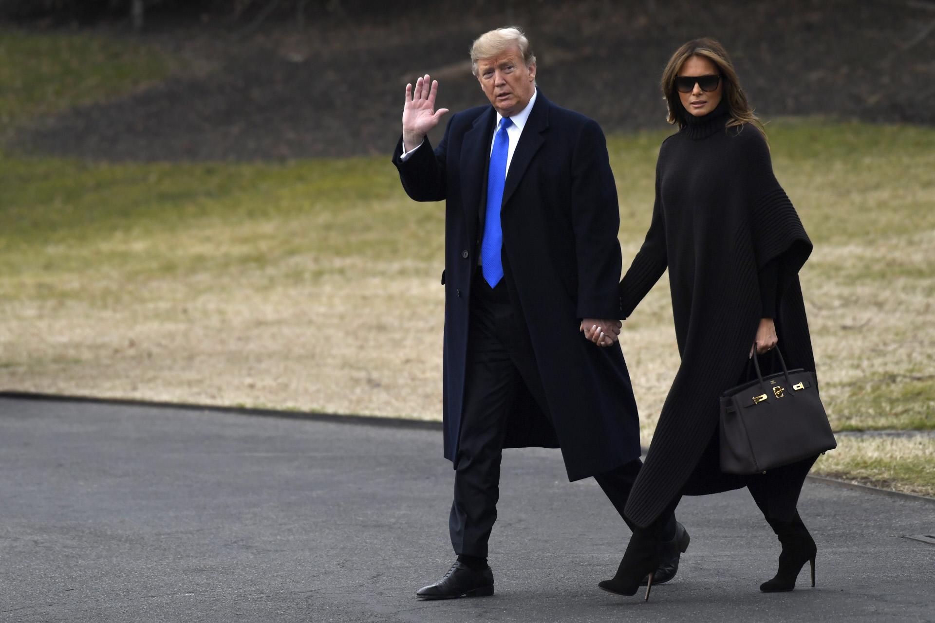 Melania Trump, con poncho XL en negro de camino a su residencia en...