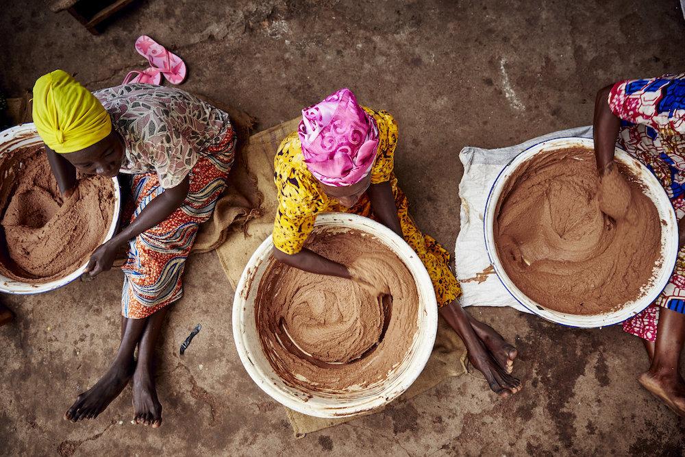 Mujeres elaborando la manteca de karité de la forma tradicional