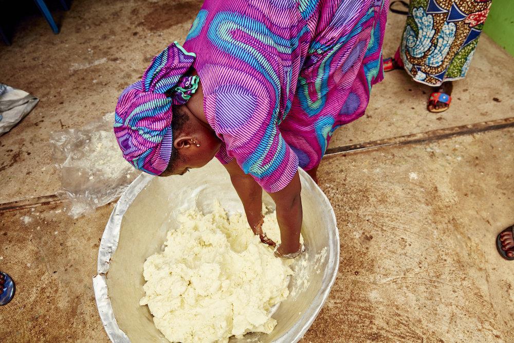 El proceso de fabricación de la manteca de karité pasa de madres a...