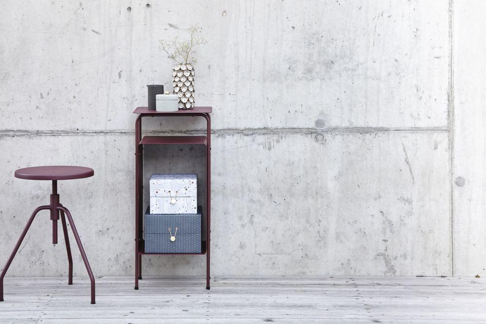 Antiguos taburetes y muebles auxiliares con ruedas son dos de los...