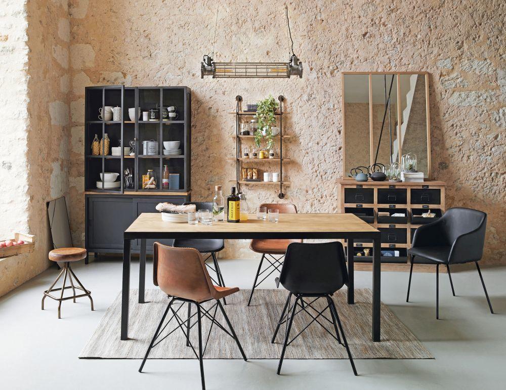 Mesas que simulan bancos de trabajo y taquillas reconvertidas en...