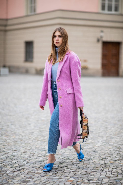 Chica con mules de raso azul y jeans.