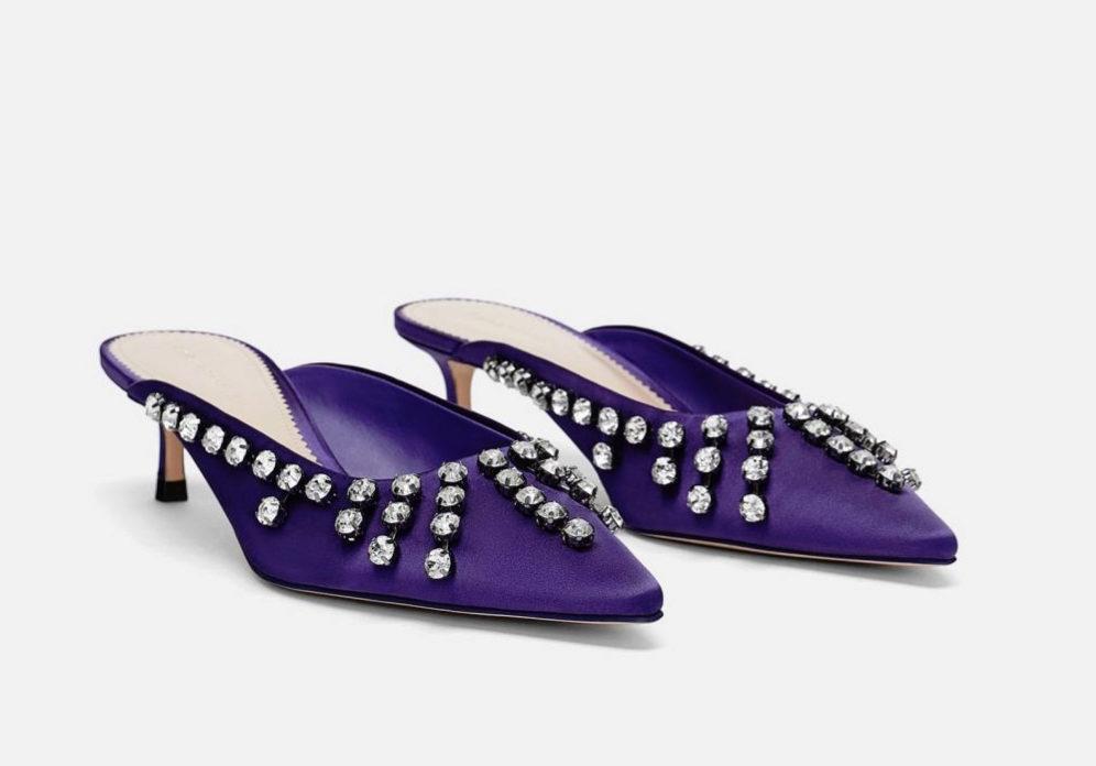 Zapatos satinados con pedrería de Zara.
