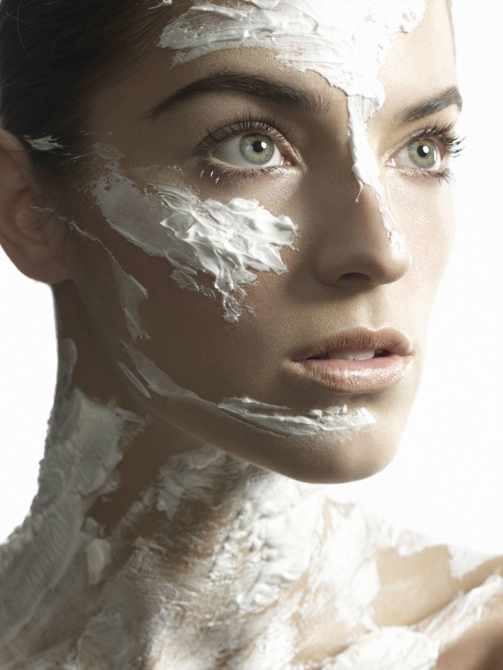 Cremas, sueros y mascarillas para mantener la piel del cuello joven,...