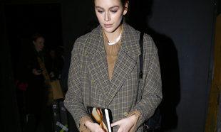 Kaia Gerber llega a Nueva York con su lectura bajo el brazo
