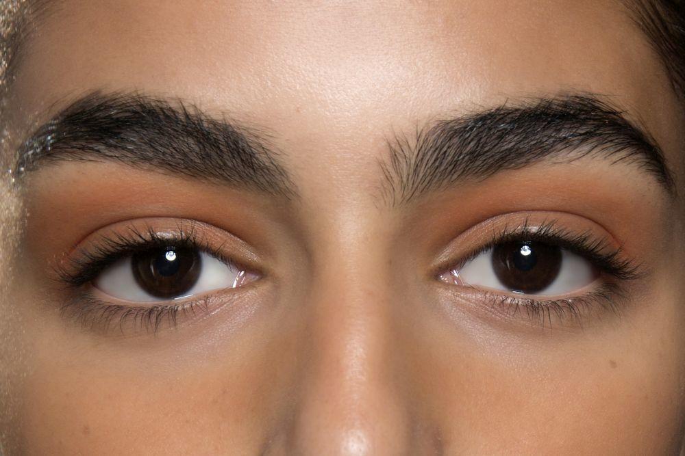 En Altuzarra, hemos visto la sombra de ojos naranja en una versión más tierra, con máscara de pestañas negra y cejas potentes.