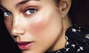 Holoblushing, la técnica de maquillaje que funde blush e iluminador.