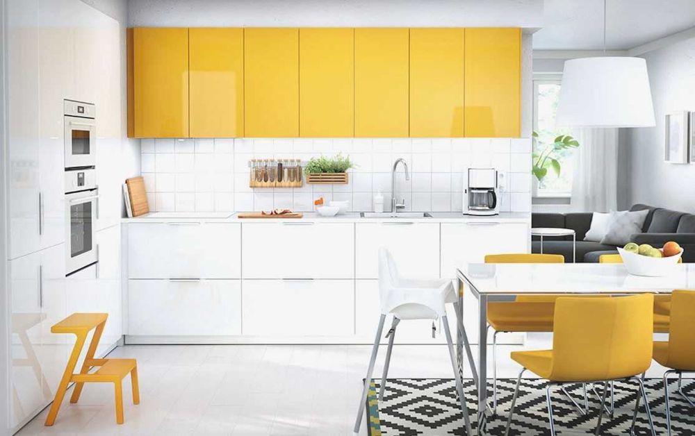 Una cocina colorista y perfectamente integrada en el espacio.