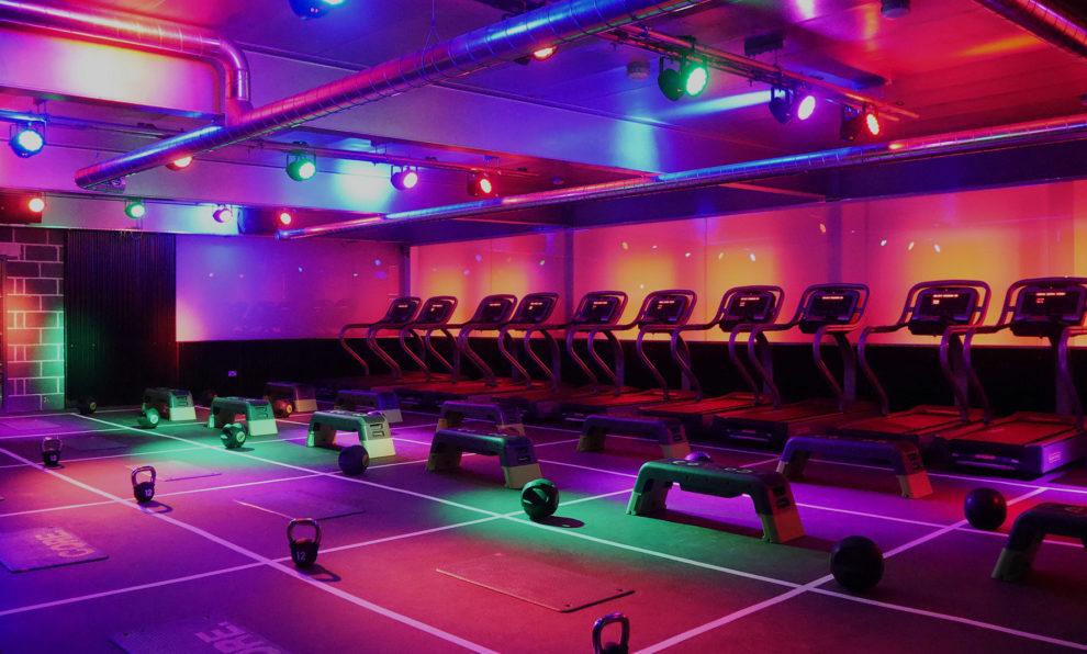 Imagen de la sala donde se entrena fuerza, HIIT (ejercicios funcionales de alta intensidad) y cardio como si se tratara de una fiesta de discoteca con música a todo volumen.