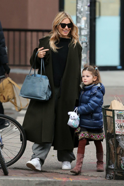 Sienna Miller pasea con su hija, no vuelve de Bikram yoga