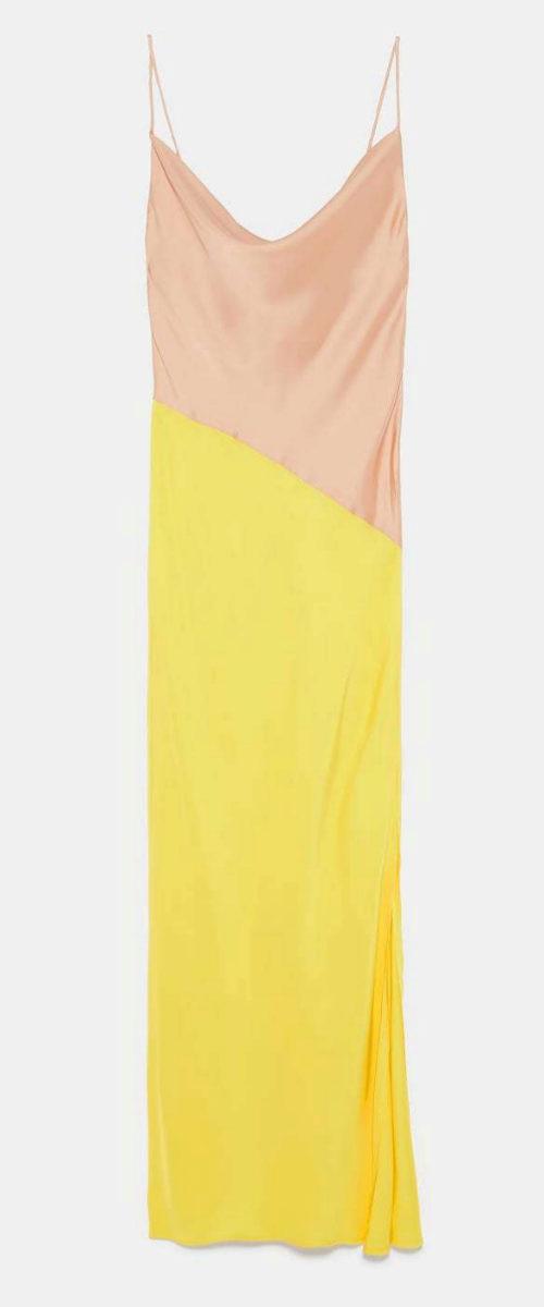 Vestido satinado en nude y amarillo de Zara