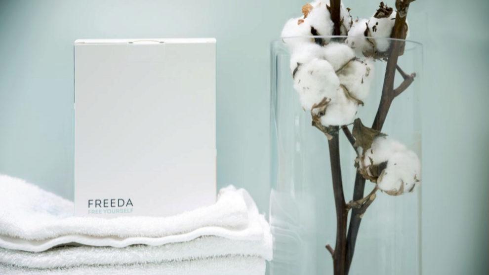 Caja con productos de higiene menstrual de Freeda