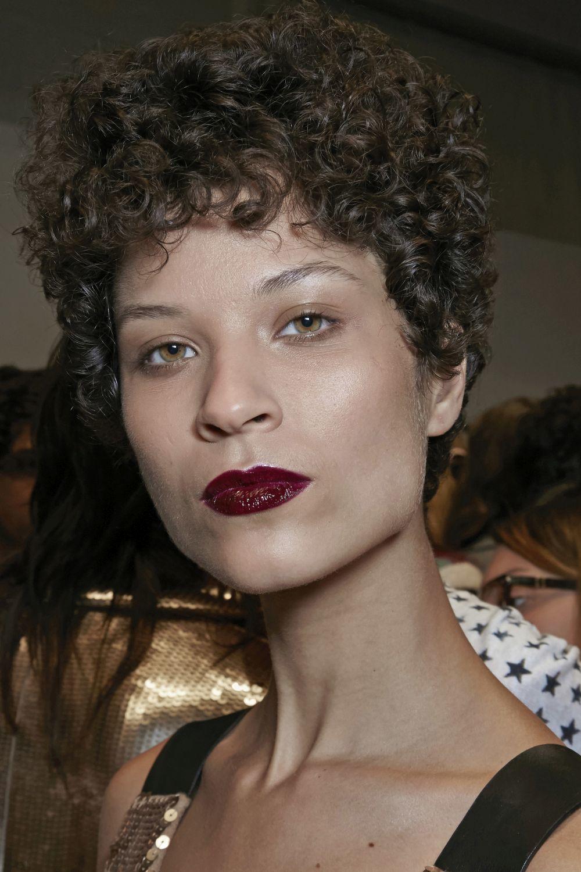 La modelo Ari Westphal con un corte de pelo pixie o a lo garçon para...