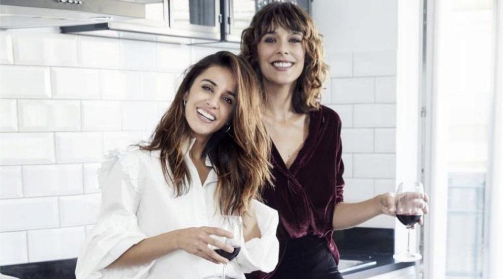 Macarena García y Belén Cuesta disfrutando una copa de vino.