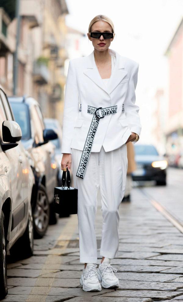 Street style de Milán con zapatillas