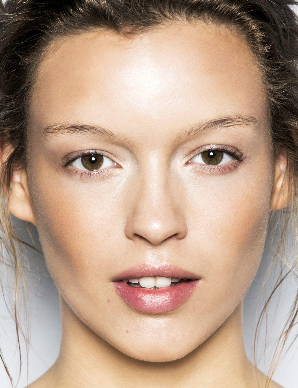 A los 50, elige un fondo de maquillaje hidratante pero satinado y...