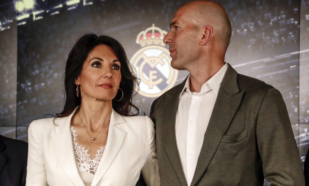 Zinedine Zidane y su mujer Veronique ayer en el Santiago Bernabeu en...