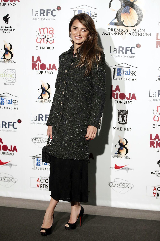 La actriz posando en el photocall con un look de Chanel.