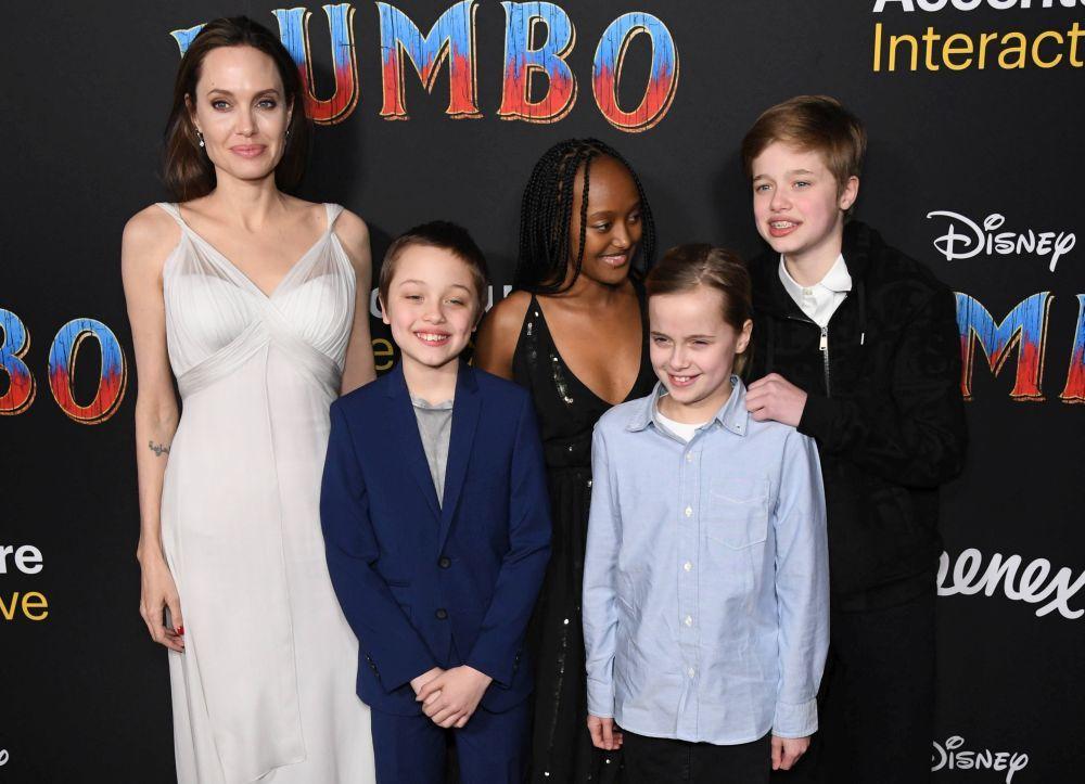 Angelina Jolie acompañada de sus hijos Knox Leon, Zahara Marley,...