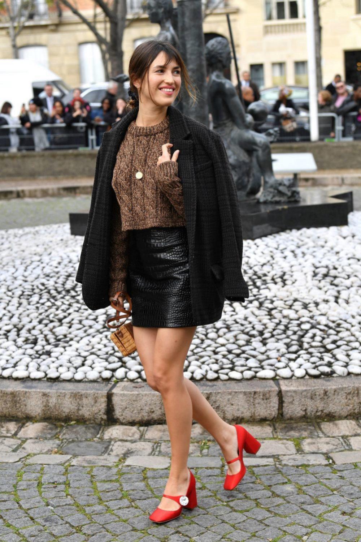 Jeanne Damas paseando por París con una mini de cuero