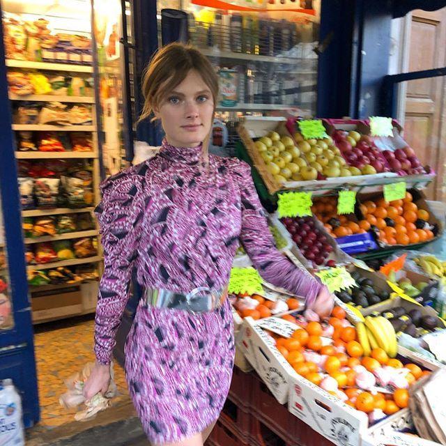 Constance Jablonski en un puesto de frutas y verduras.