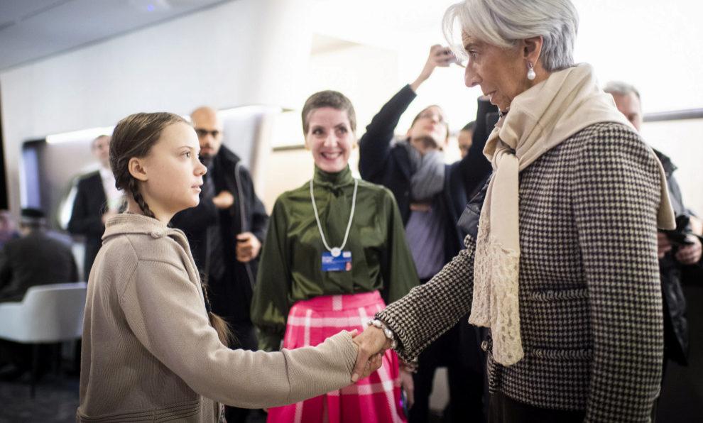 Greta Thunberg saluda a Christine Lagarde el pasado mes de enero en...