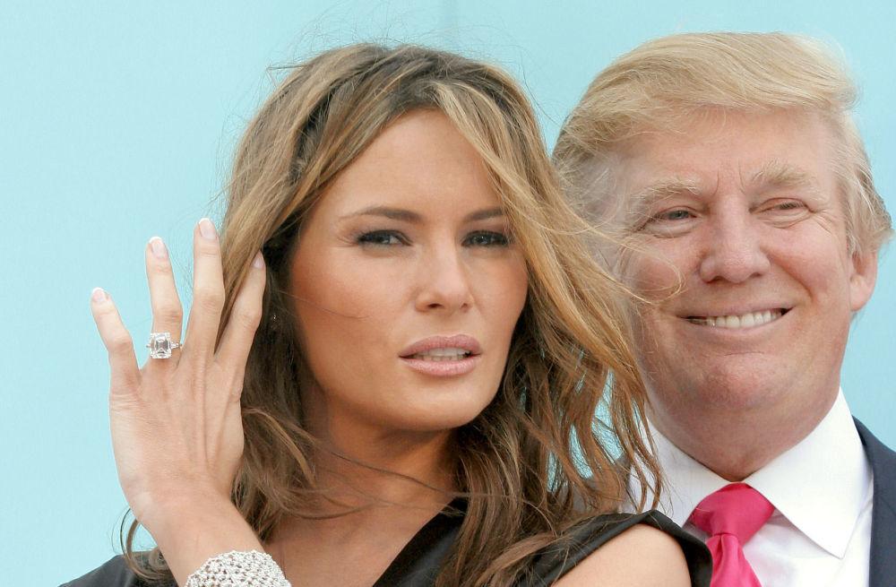 Donald Trump y su mujer, Melania Trump, luciendo el anillo valorado en...