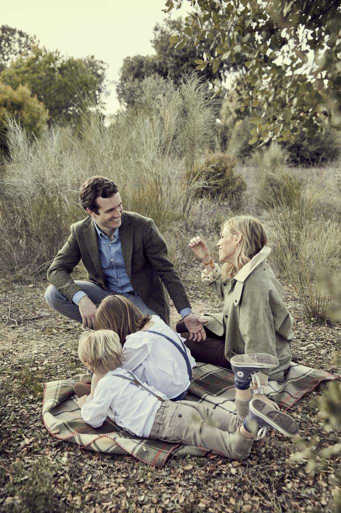 """Pablo Casado y sus mujer Isabel Torres con sus hijos. """"Pablo es un..."""