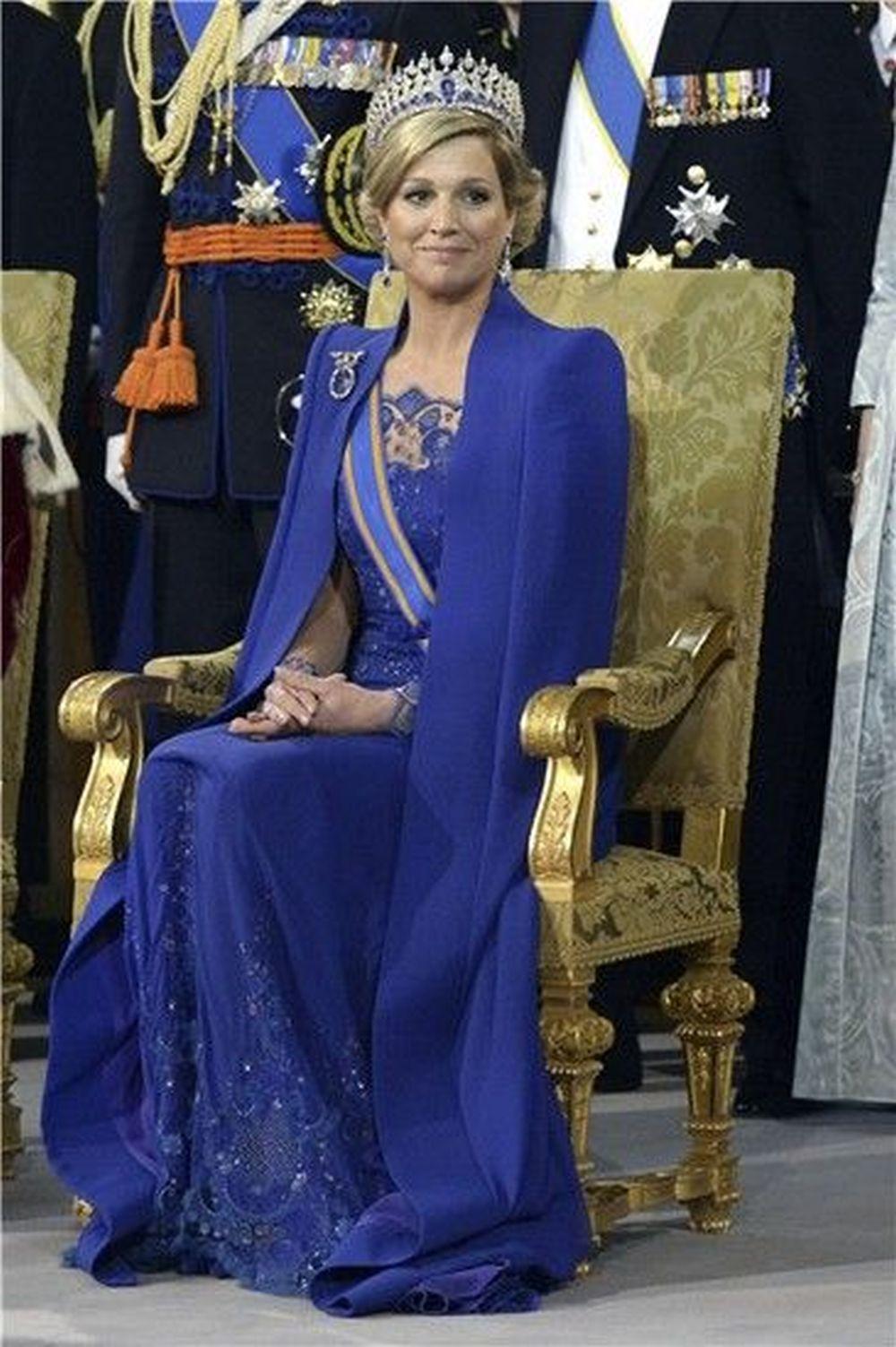 La reina Máxima de Holanda con el modelo azul klein con capa que...