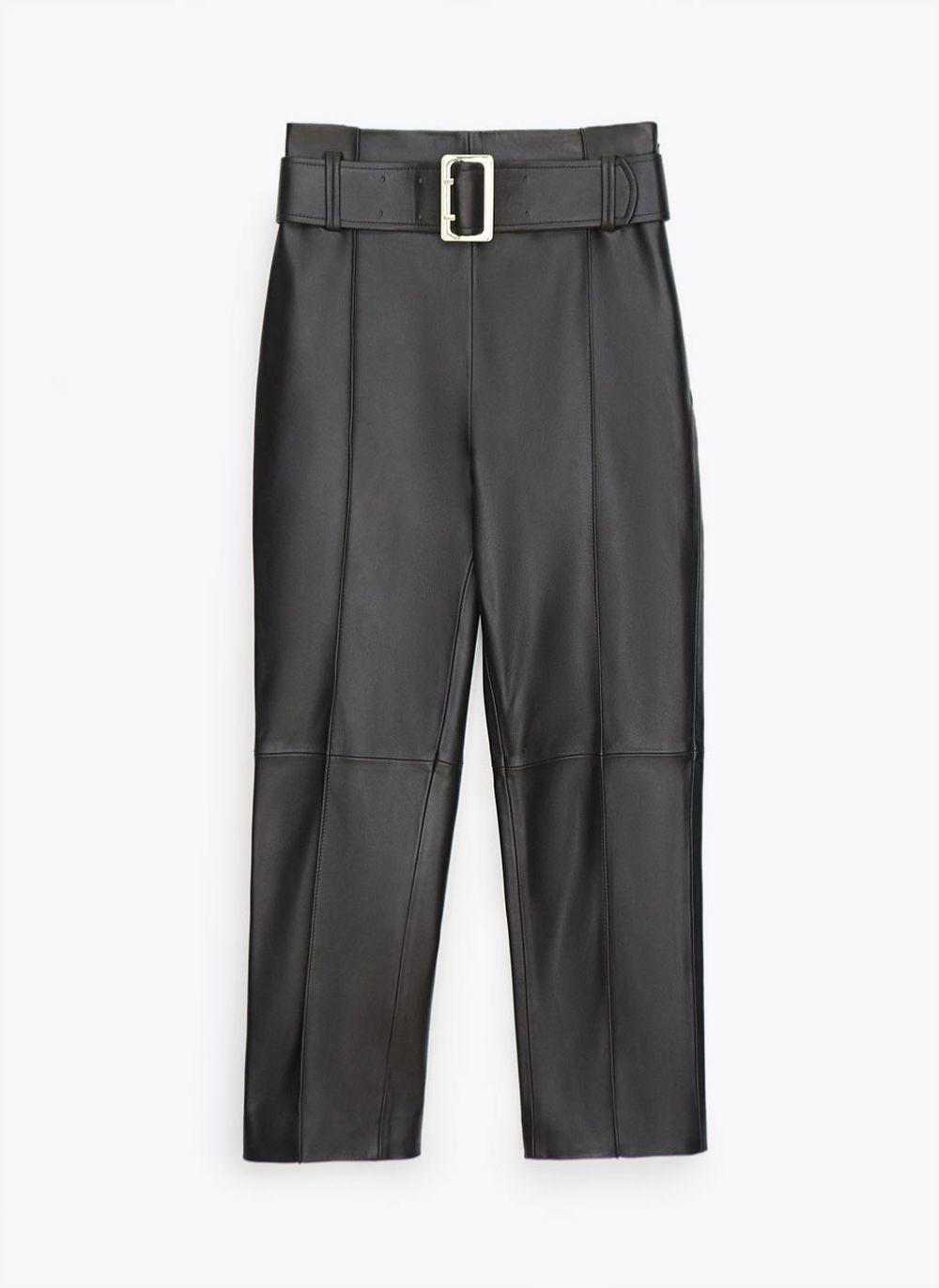Pantalón de piel con cinturón de Uterqüe (279 euros).