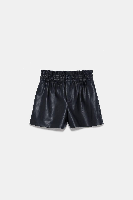 Bermudas efecto piel de Zara (19,95 euros)