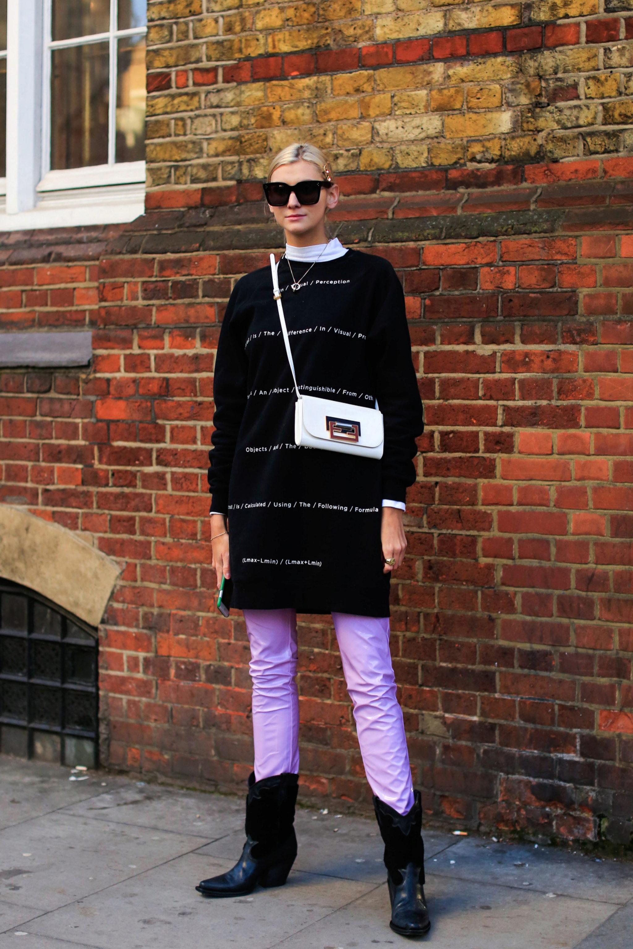 Pantalones violeta en el street style