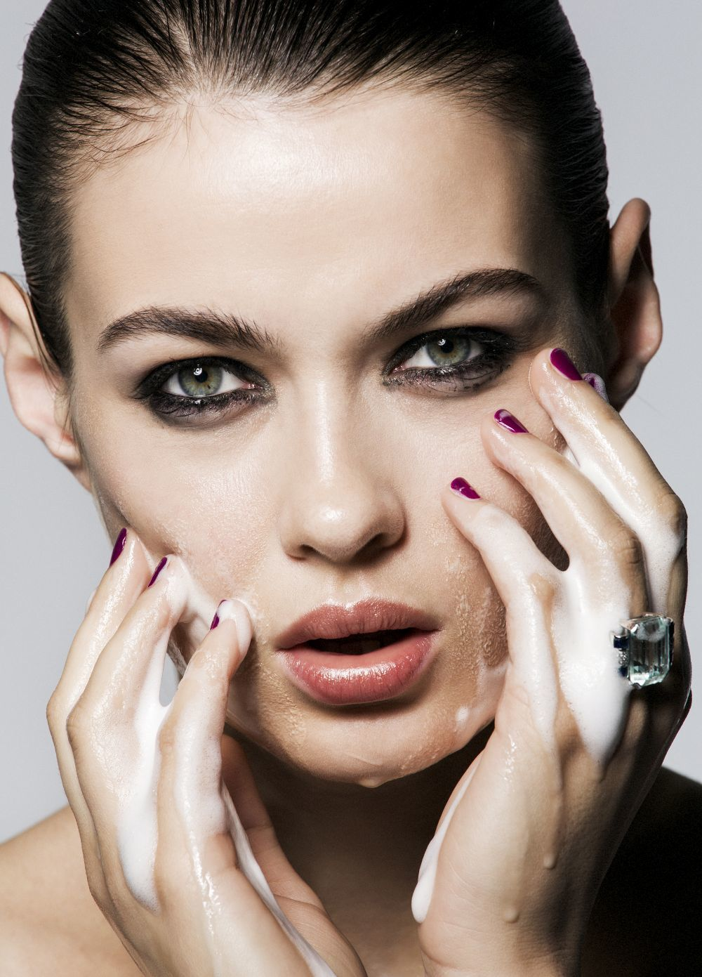 Las espumas limpiadoras limpian la piel sin agresiones y son...