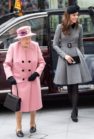 Isabel lI y Kate Middleton en Londres.