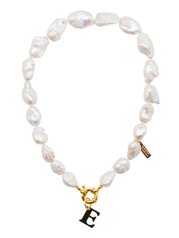 Collar de perlas con letra inicial de Eleonor de Casasnovas