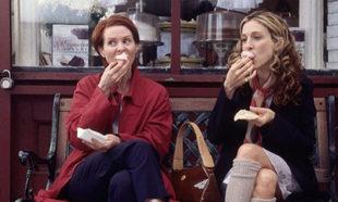 Miranda Hobbes y Carrie Bradshaw disfrutando de los cupcakes de...