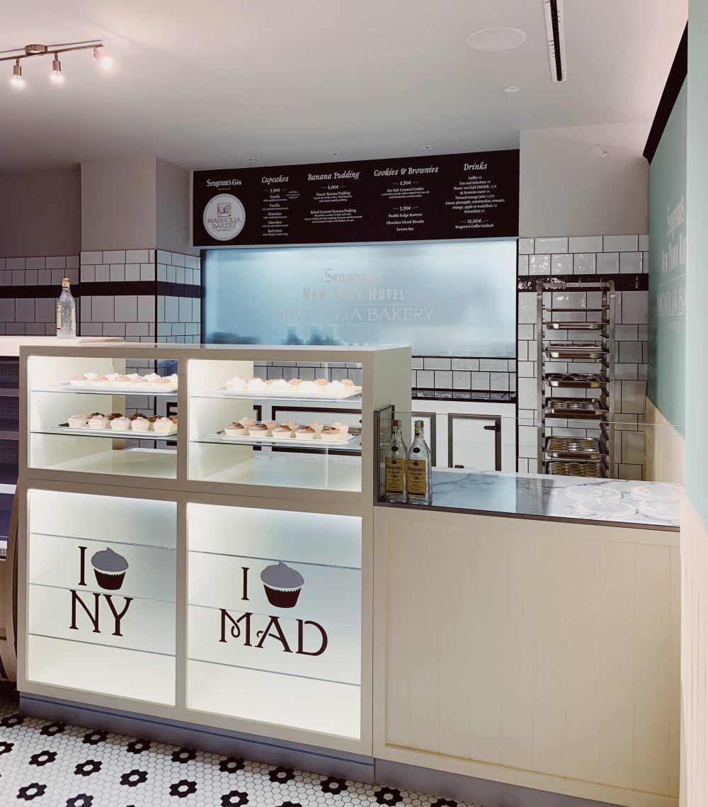 El mostrador principal de Magnolia Bakery en el Gran Hotel Inglés de...