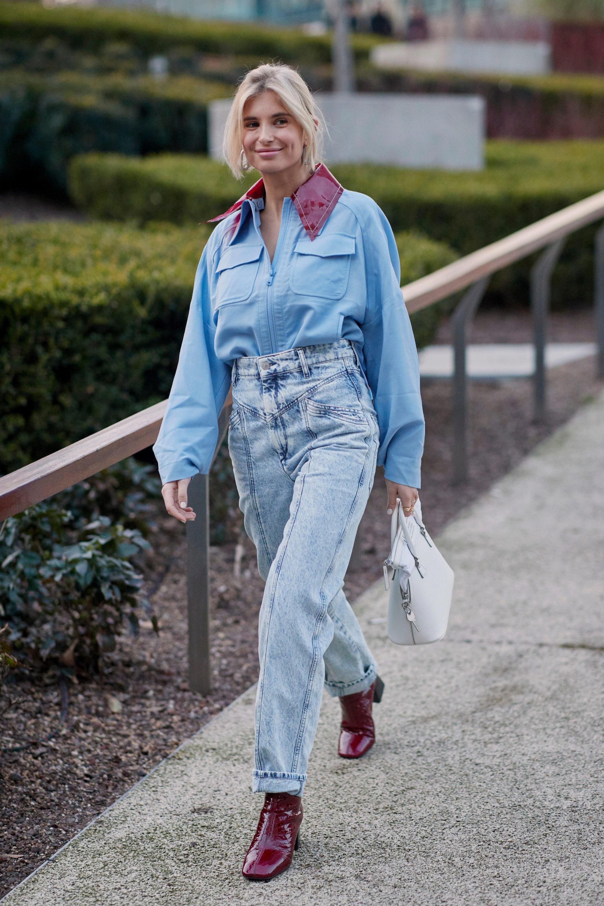 El 'look' azul más sencillo: con camisa celeste y unos vaqueros