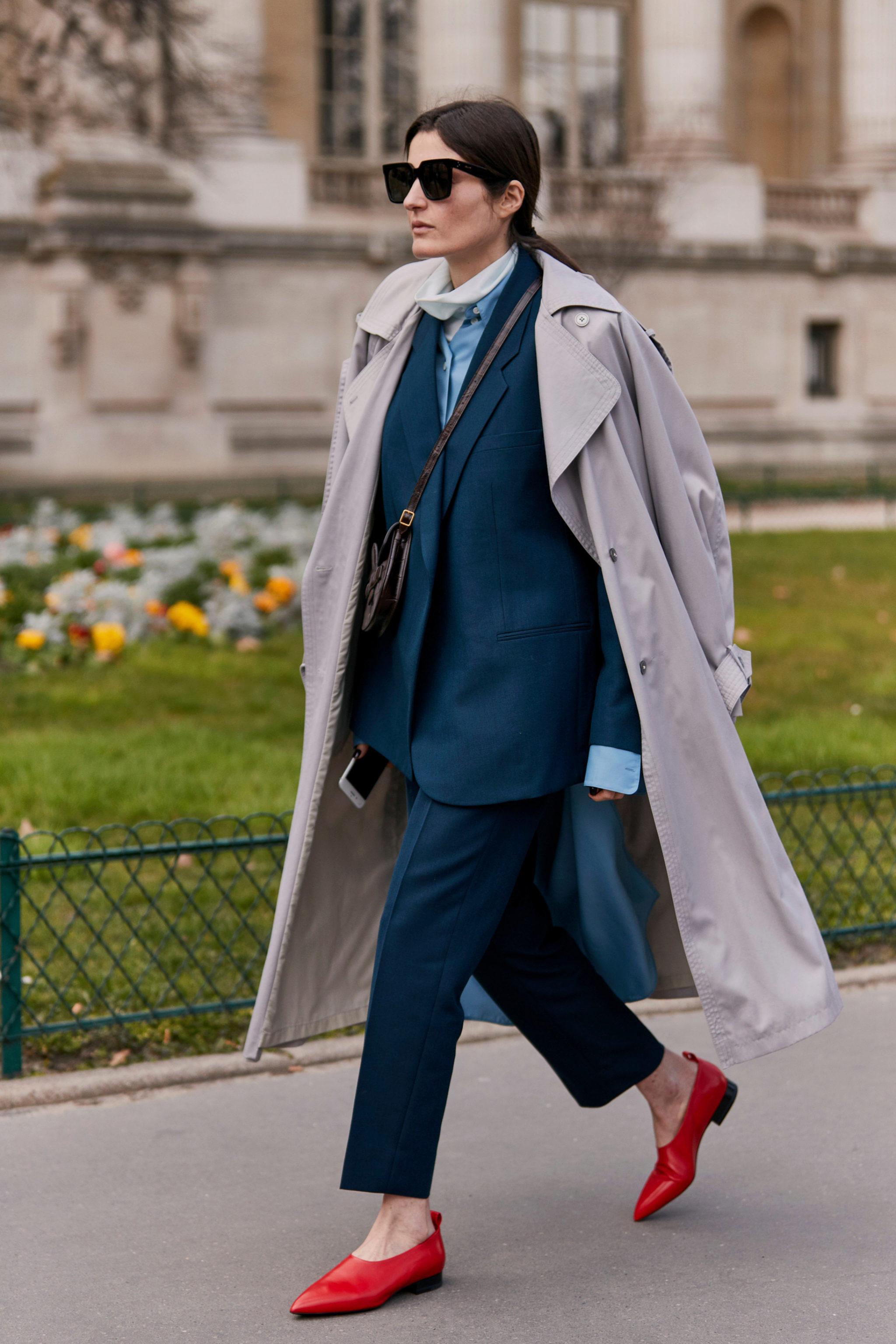 Un 'total look' en azul con gabardina y toque en rojo