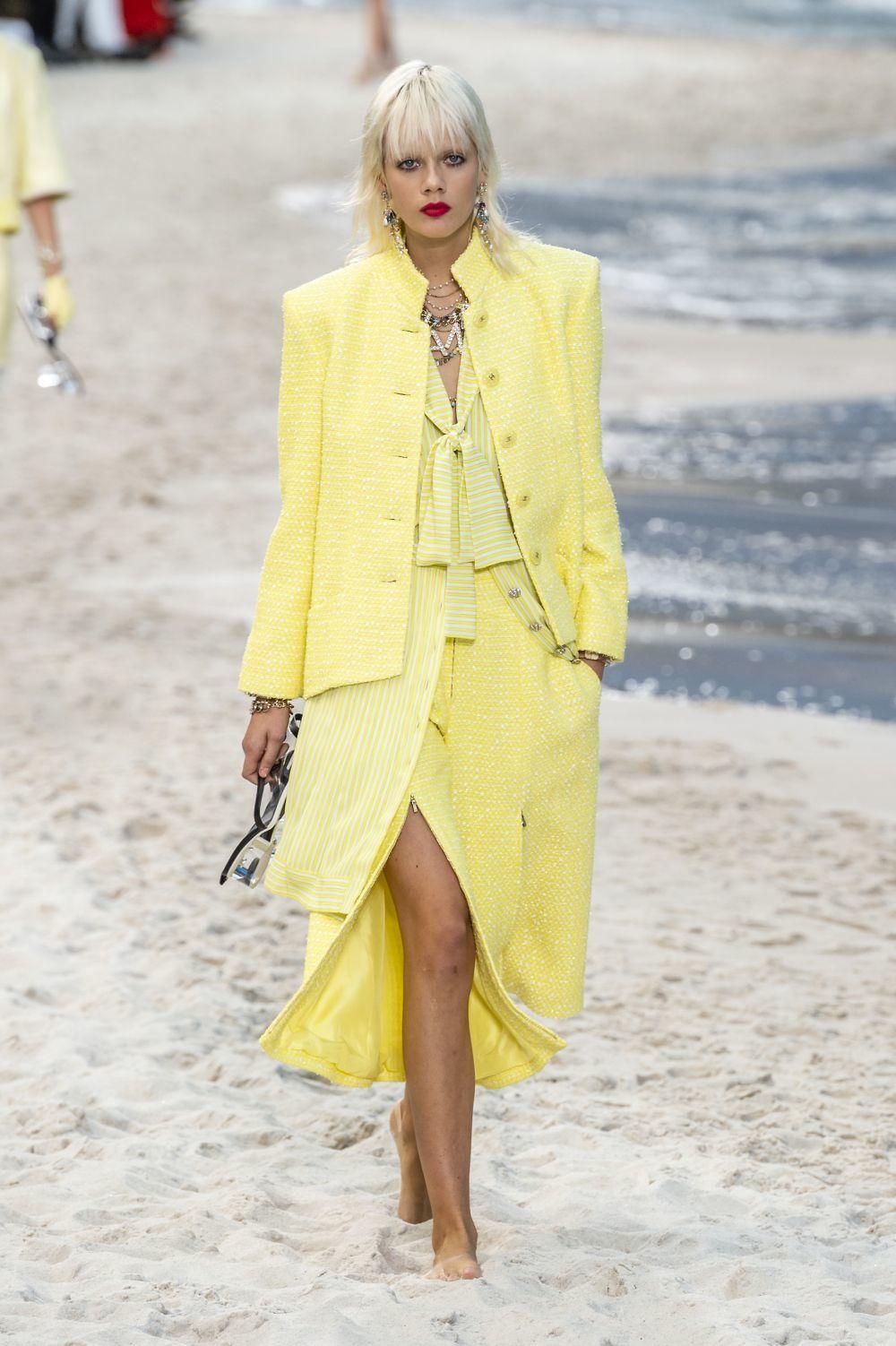 Look en amarillo de Chanel p/v