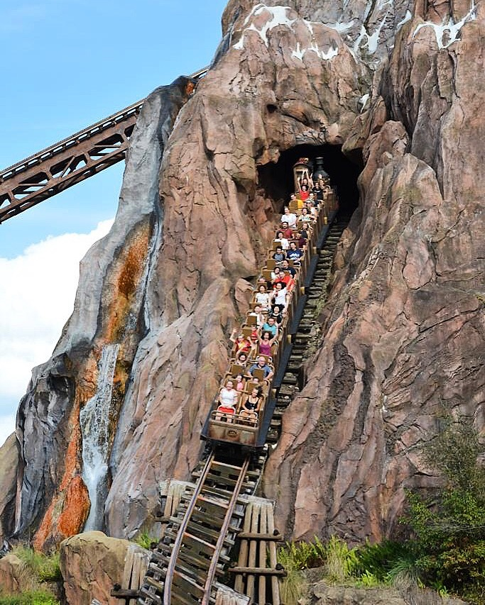 La impresionante caída de Expedition Everest.