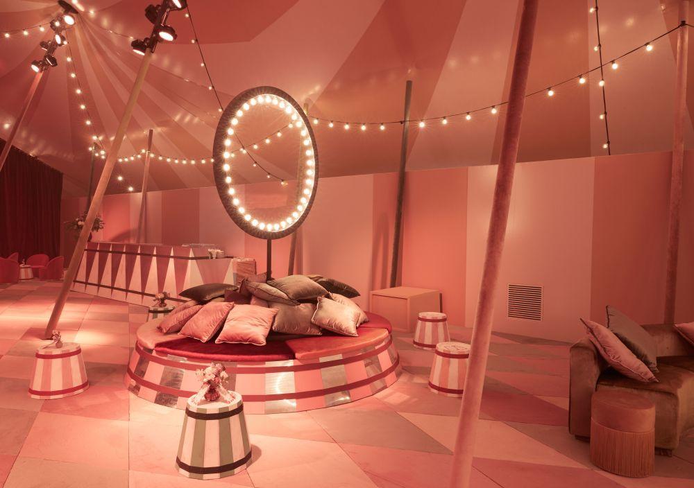 Ambiente del interior de la carpa de Dior