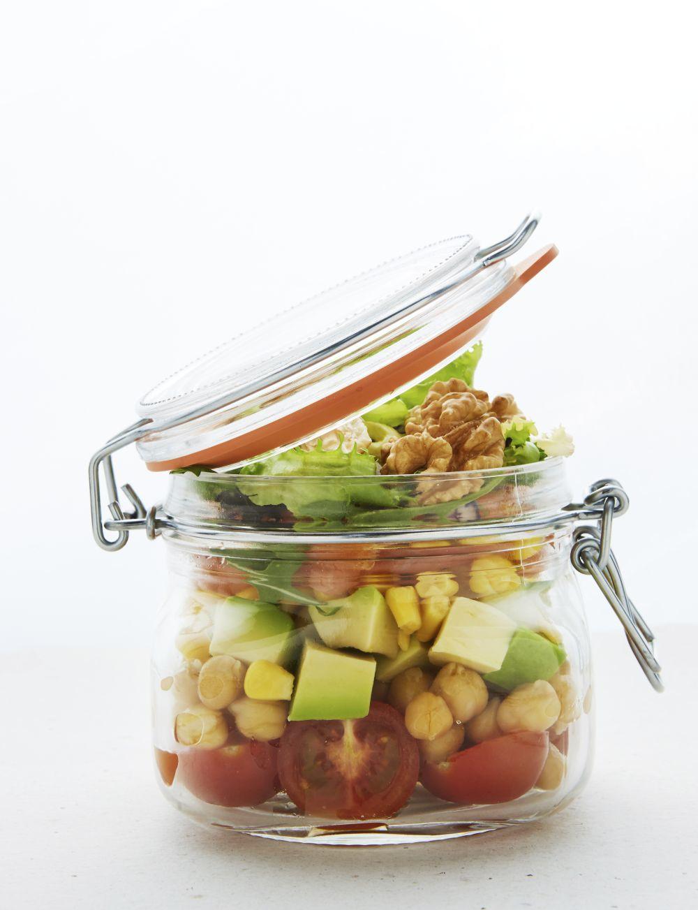 La legumbres envasadas, las frutas y los frutos secos son buenas opciones de comida real.