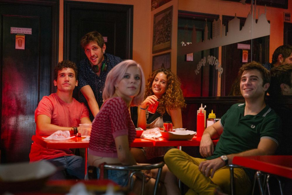 Protagonizada por Pol Monen (Amar), Jaime Lorente (La...