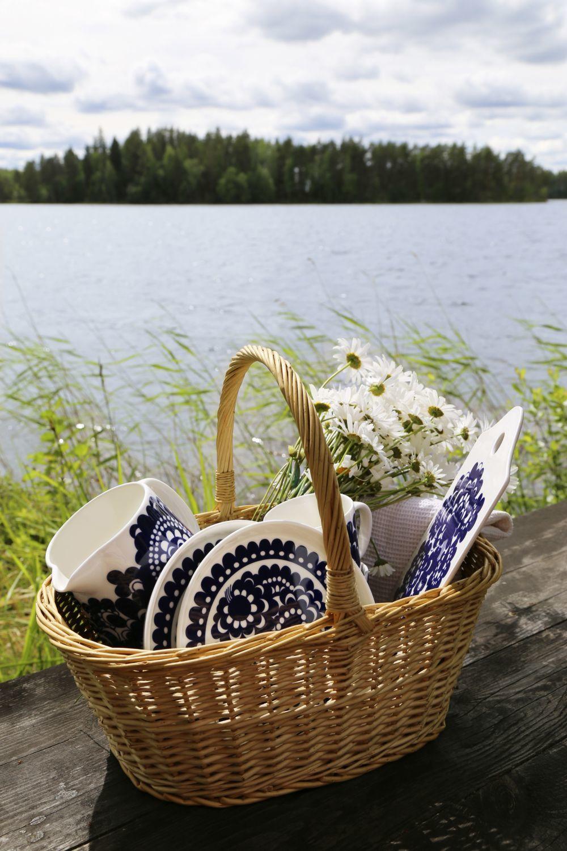 Cesta de picnic con la famosa cerámica Marimekko, de la que hacerte...
