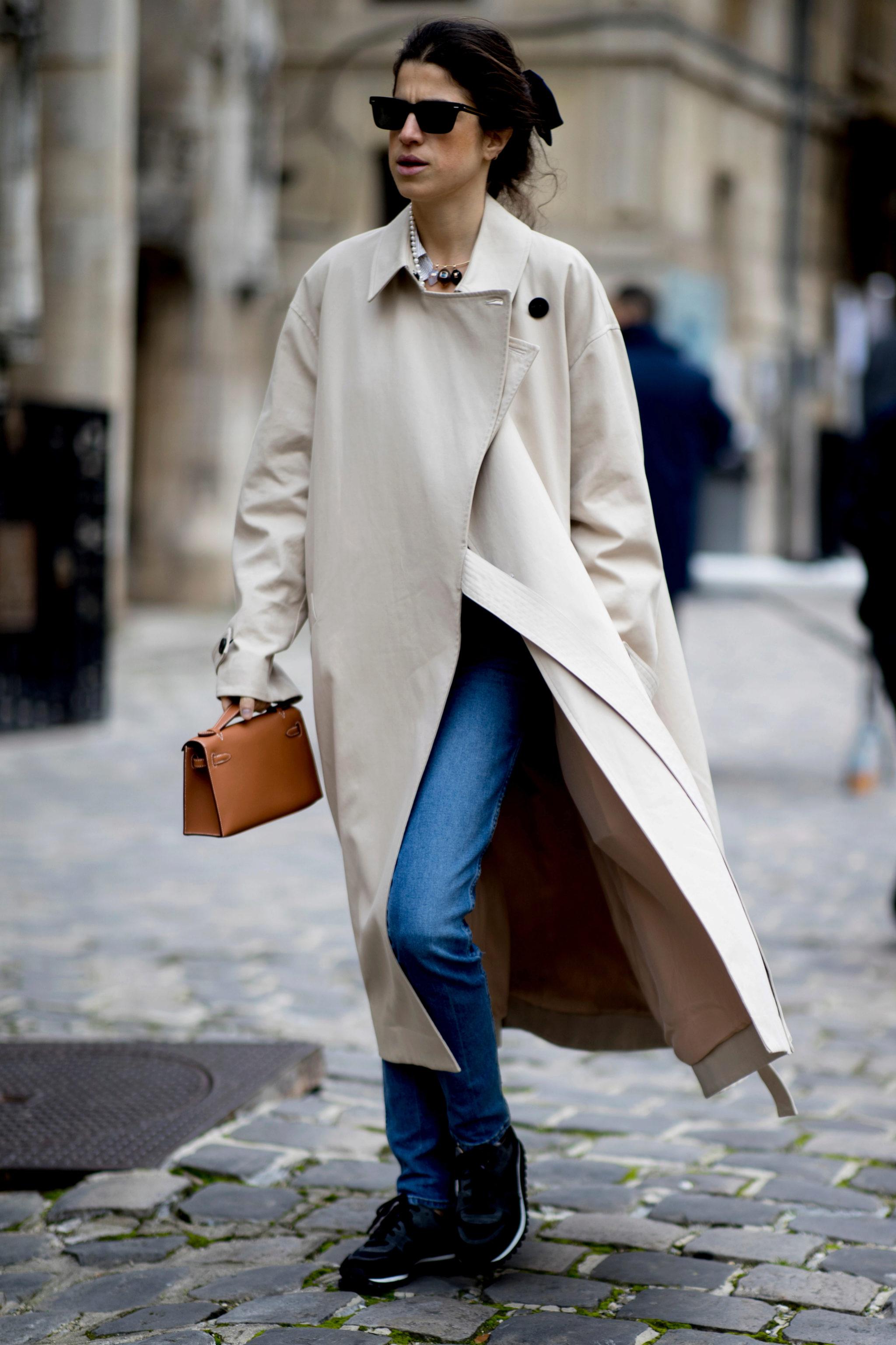 Leandra Medine caminando por París con la gabardina de la temporada