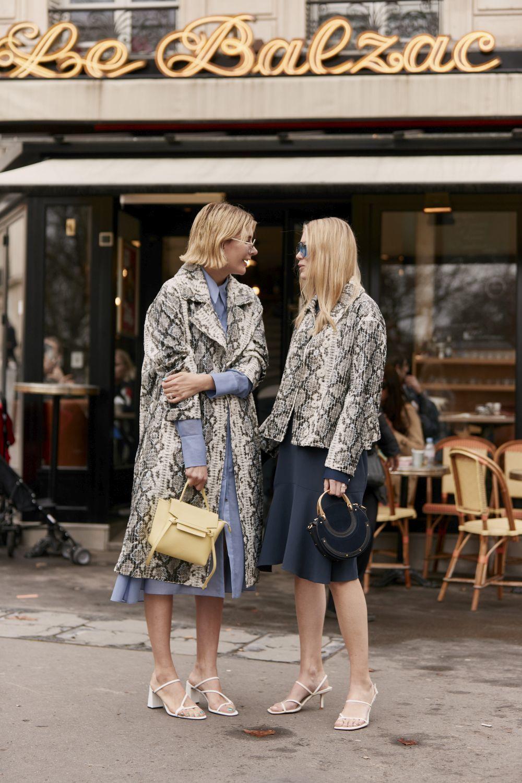 Dos invitadas al street style de París.