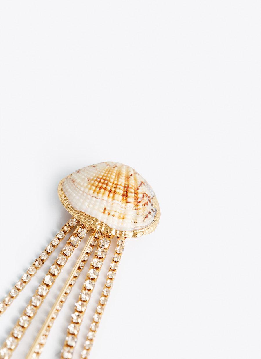 Broche de concha con strass, de Uterqüe (39 euros).